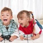 bonne fille et garçon jouant à un jeu vidéo — Photo