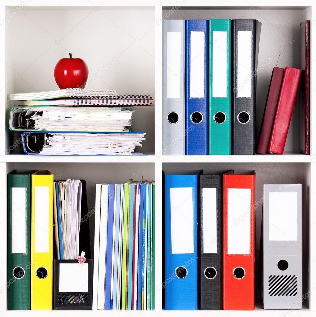 Carpetas en estantes foto de stock 24612667 for Carpetas para oficina