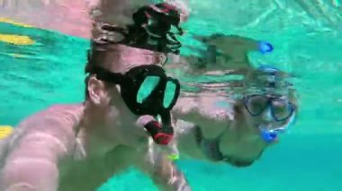 Couple kissing underwater — Stock Video