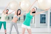 Tres chicas en club de fitness — Foto de Stock