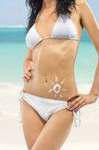Ung sexig kvinna på en strand — Stockfoto