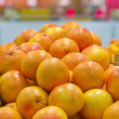 Bunch of orange fruit in boxes in supermarket - Stockfoto