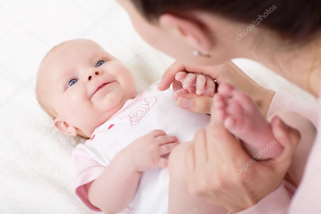 幼儿自己化妆的图片