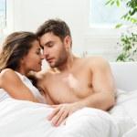 giovane coppia adulta nella camera da letto — Foto Stock