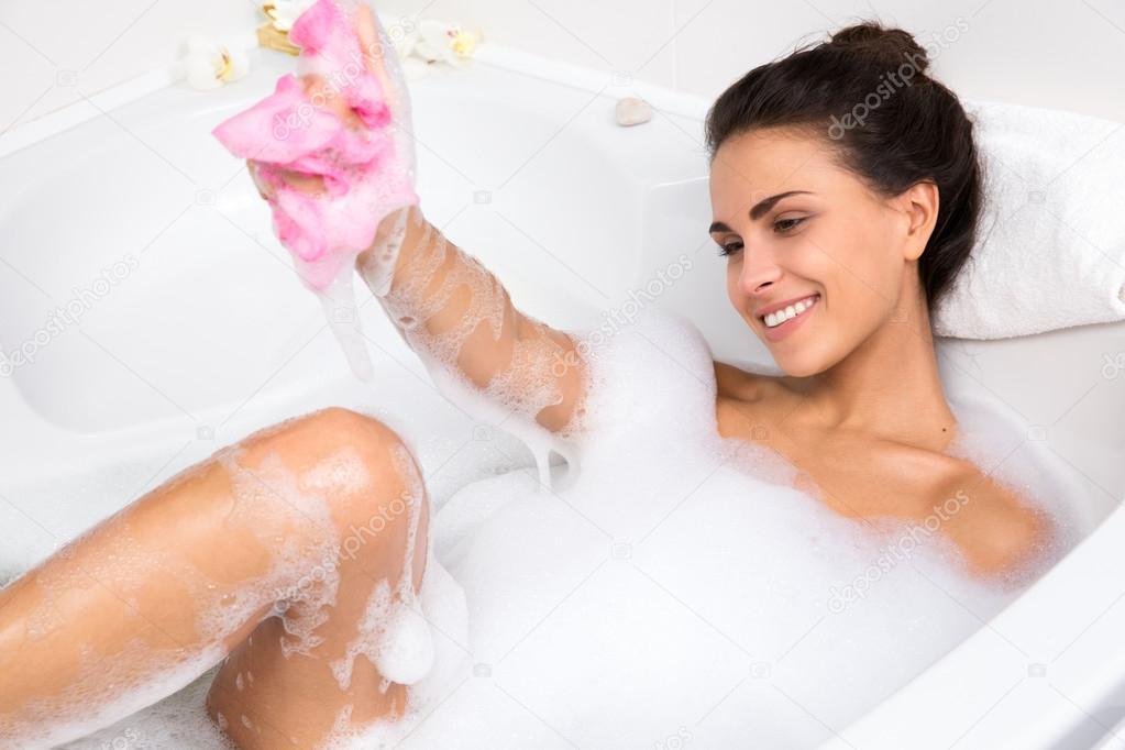 Сладенькая брюнетка моется в ванне одна  392491