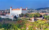 Castelo de bratislava em nova tinta branca — Foto Stock