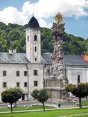 在 kremnica 中的教会和瘟疫列 — 图库照片
