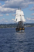 A wooden brig sails on Lake Washington — Stock Photo