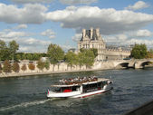Tourist boat floats past the Louvre — Stock Photo