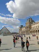 Tourists gather in the courtyard of the Louvre Museum — Stock Photo
