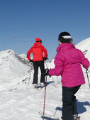 Skiers get ready to descend — Stock Photo