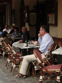Diners enjoy a lunch at an outdoor bistro — Stock Photo