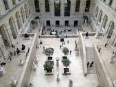 Turisté prohlédnout sochu zahrada muzea louvru観光客はルーヴル美術館の彫刻庭園を探る — ストック写真
