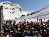 Skifahrer geniessen Mittagessen im freien — Stockfoto