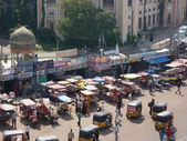 Traffic surrounds the Charminar — Stock Photo