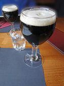 Glas mörk öl på restaurang bord — Stockfoto