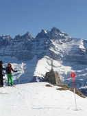 Skiers take a break to view the Dents du Midi — Stock Photo