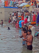 Gli indù compiono rito puja all'alba nel fiume gange — Foto Stock