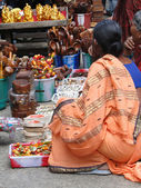 Hindu women browse the market — Stock Photo
