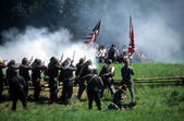 Confederates volley fire on advancing Union soldiers, — Foto de Stock