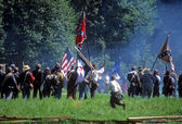 Confederates volley fire on advancing Union soldiers, — Stock Photo