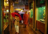 Janela de compras em um dia chuvoso — Fotografia Stock