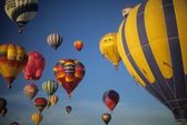 Tourists ride hot air balloons — Stock Photo