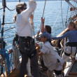 The crew rigs the sails of the Hawaiian Chieftain — Stock Photo