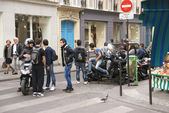 Young gather around their motorcycles — Stock Photo