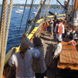 The crew sets the sails of the Lady Washington — Stockfoto