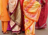 Indiase vrouwen in kleurrijke sari 's — Stockfoto