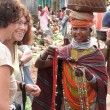 Bonda tribal women offer their handmade crafts to western tourists — Lizenzfreies Foto