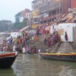 Hindus perform ritual puja at dawn in the Ganges River — Foto de Stock