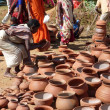 Tribal women buy clay pots — Stockfoto