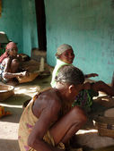 Staré vesnické ženy mlácení rýže — Stock fotografie