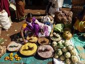 Tribal mulher vende lentilhas e pulsos — Fotografia Stock