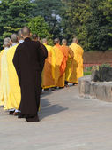 Japanska munkar på dharmeka stupa — Stockfoto