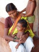Tribal mulher posa com seus filhos — Foto Stock