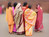 Indian women in colorful saris approach the Red Fort's main gate — Stock Photo