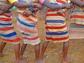 Mulheres tribais link braços — Fotografia Stock