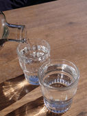 Verter agua en un vaso — Foto de Stock