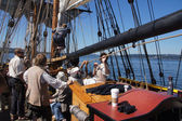 The crew sets the sails of the Lady Washington — Stock Photo