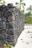 Ancient Hawaiian volcanic stone wall — Стоковое фото