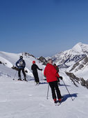 Skiers prepare to descend the piste — Stock Photo