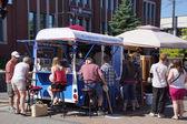 五颜六色的食物卡车服务美味小吃 — 图库照片