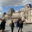 Foto Stock: Tourists gather in courtyard of Louvre Museum