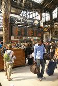 Los pasajeros llegan a la gare de lyon — Foto de Stock
