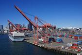 Barco de contenedores y grúas de puerto, puerto de seattle — Foto de Stock