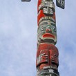 Totem pole topped by thunderbird — Stock Photo