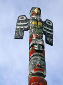 Totem pole topped by thunderbird — Stock Photo